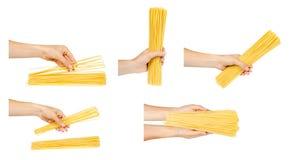 Hand mit rohen goldenen Spaghettis, Satz und Sammlung stockfoto