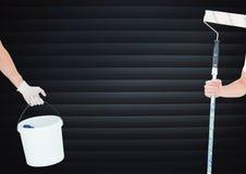 Hand mit Rolle und Hand mit Würfel vor Vorhängen Lizenzfreie Stockfotografie