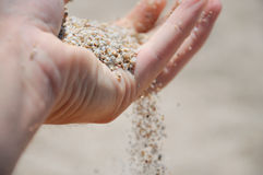 Hand mit Sand lizenzfreie stockfotografie