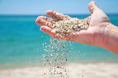 Hand mit Sand stockfotografie