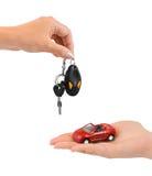 Hand mit Schlüsseln und Auto Lizenzfreie Stockfotos