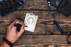 Hand mit Schraubenzieher bauen HDD auseinander lizenzfreie stockbilder