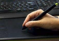 Hand mit schwarzem Griffel lizenzfreies stockbild