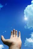 Hand mit Sommerhimmel lizenzfreies stockbild