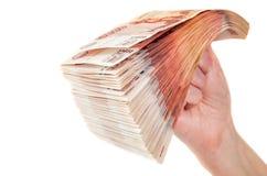 Hand mit Stapel Rechnungen der russischen Rubel Lizenzfreies Stockfoto
