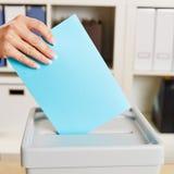 Hand mit Stimmzettel für die Abstimmung in einer Wahl Lizenzfreie Stockfotografie