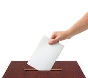 Hand mit Stimmzettel und Kasten Stockfotografie