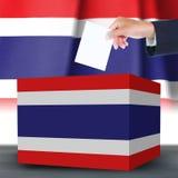 Hand mit Stimmzettel und Kasten auf Flagge von Thailand Stockfoto