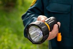Hand mit Taschenlampe Stockbild