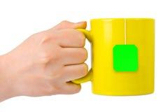 Hand mit Tasse Tee Lizenzfreies Stockfoto
