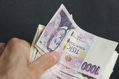 Hand mit tausend tschechischen Kronenanmerkungen Lizenzfreies Stockfoto