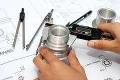 Hand mit technischer Zeichnung Stockfotos