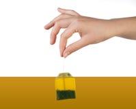 Hand mit Tee Stockbild