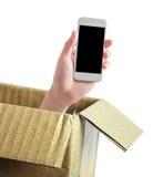 Hand mit Telefon aus Kasten heraus stockfotos