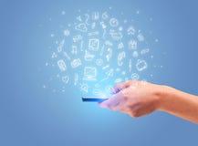 Hand mit Telefon und gezogenen Büroikonen Lizenzfreie Stockfotos