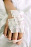 Hand mit Tropfenfänger im Krankenhaus Lizenzfreies Stockbild