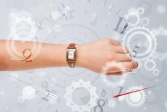 Hand mit Uhr und Zahlen auf der Seite, die herauskommt Lizenzfreie Stockbilder