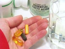 Hand mit Vitaminen Stockfoto