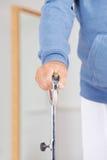 Hand mit Wandererunterstützung in der Physiotherapie Stockbilder