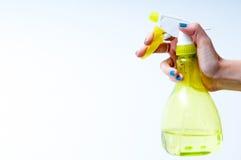 Hand mit Wasserspray Stockfotos