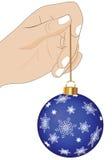 Hand mit Weihnachtsdekorationen Stockbild