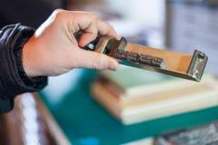 Hand mit Weinleseart Einstellungsbuchstaben zu drucken lizenzfreie stockfotos