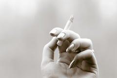 Hand mit Zigarette lizenzfreies stockbild
