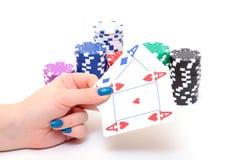 Hand mit zwei Assen und Stapel-Pokerchips Lizenzfreie Stockbilder