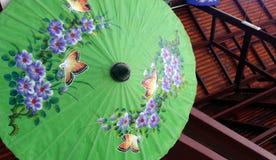 Hand målat paraply, thai fabrik Arkivbilder