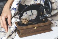 Hand naaimachine en hand van naaistersclose-up Royalty-vrije Stock Afbeeldingen