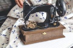 Hand naaimachine en hand van naaistersclose-up Stock Afbeelding