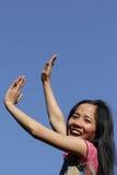 Hand naar blauwe hemel stock afbeelding