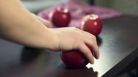 Hand nehmen rote Äpfel vom Holztisch Frische Früchte Vegetarische Nahrung stock video footage