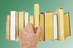 Hand nimmt Buch vom Regal Lizenzfreies Stockfoto