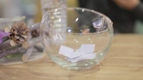 Hand nimmt Papier von einer Glasplatte stock video footage
