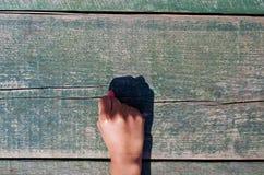 Hand, nummer och trä Royaltyfri Foto