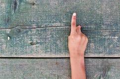 Hand, nummer och trä Arkivfoto