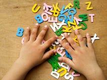 Hand och alfabet arkivbild