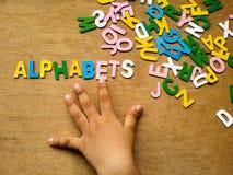 Hand och alfabet arkivbilder