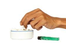 Hand och askfat med cigaretter Royaltyfri Bild
