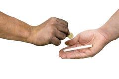 Hand och cigarett Fotografering för Bildbyråer