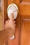 Hand och dörrhandtaget Arkivfoton