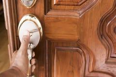 Hand och dörrhandtaget Arkivbilder