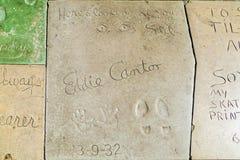 Hand och fotspår av Eddie Cantor framme av TCL-kinesteatern Arkivfoto
