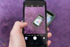 Hand och Iphone 6 plus Arkivbild