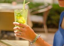 Hand och lemonad Arkivfoto