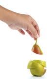 Hand och päron i skivor på vit bakgrund Arkivbilder