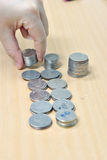 Hand och pengar på skrivbordet Arkivfoto