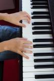 Hand och piano Arkivfoton