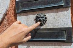 Hand och retro ringklocka Arkivbild